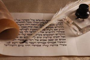 תרגום מקצועי לעברית עם נוצה וקלף